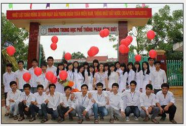 Thủ khoa tuyển sinh đại học 2013 của THPT Phan Đình Giót - Đào Việt Hùng, tân sinh viên trường đại học Kinh tế quốc dân.