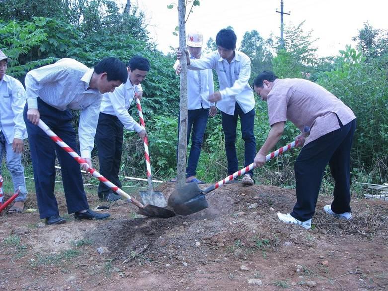 Hình ảnh trồng cây tại Nghĩa trang liệt sỹ Tông Khao