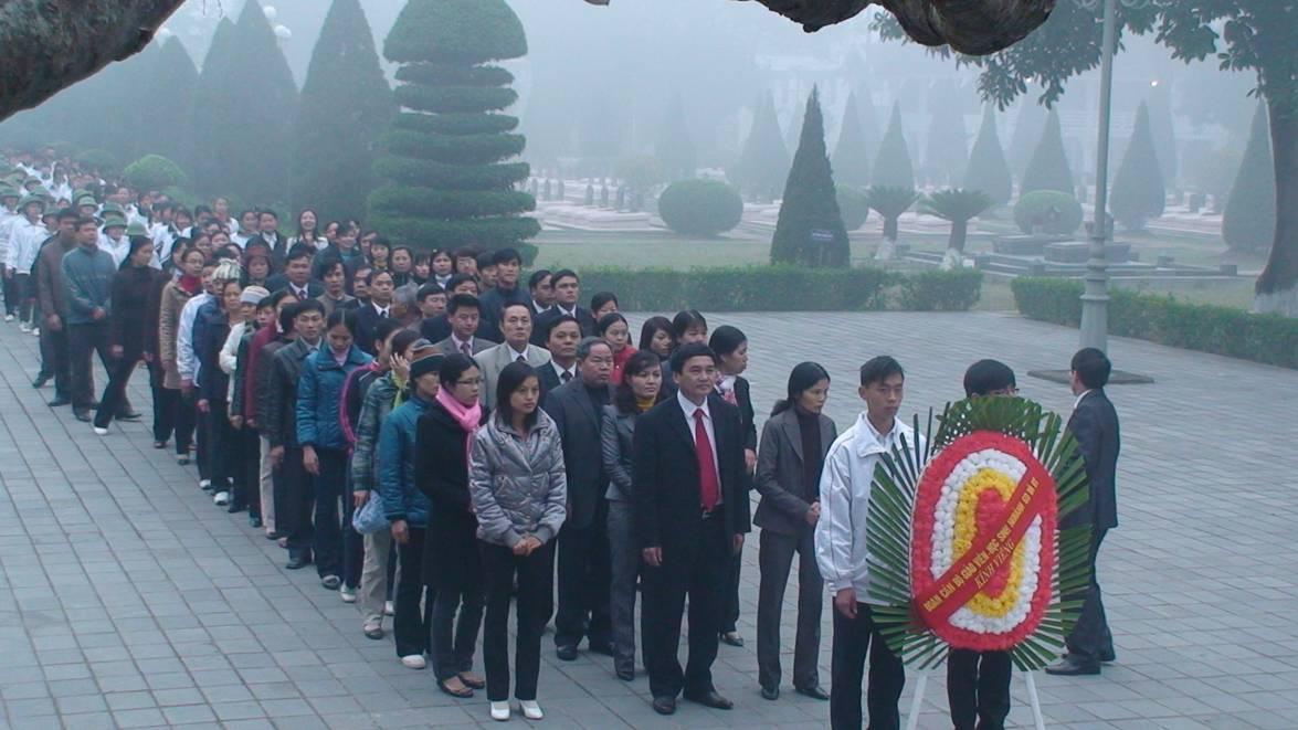 Các đồng chí lãnh đạo, CBGV, LĐ và học sinh ngành Giáo dục & Đào tạo đến  dâng hoa, thắp hương tại Nghĩa trang liệt sỹ A1